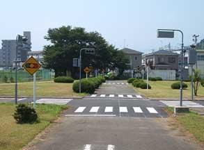 交通公園内の信号機のある交差点